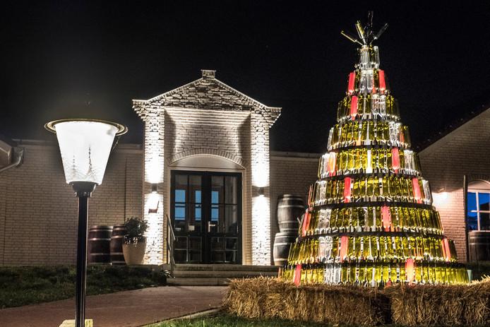 De kerstboom bij  het Nederlands Wijnbouwcentrum in Groesbeek.  Foto Theo Peeters