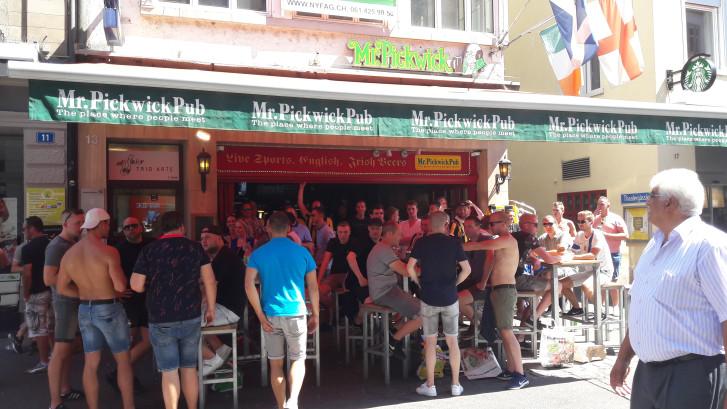 Fans Vitesse in de file in Duitsland, relaxte sfeer in Bazel