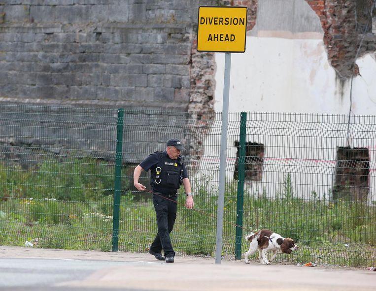 Een agent met speurhond onderzoekt dinsdagochtend de omgeving van de Manchester Arena Beeld anp