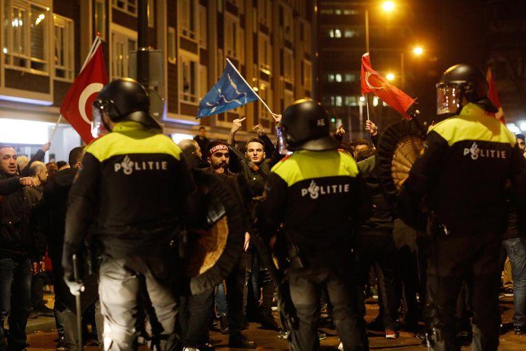 Rellen zaterdag bij het Turkse consulaat aan Westblaak in Rotterdam. Beeld ANP