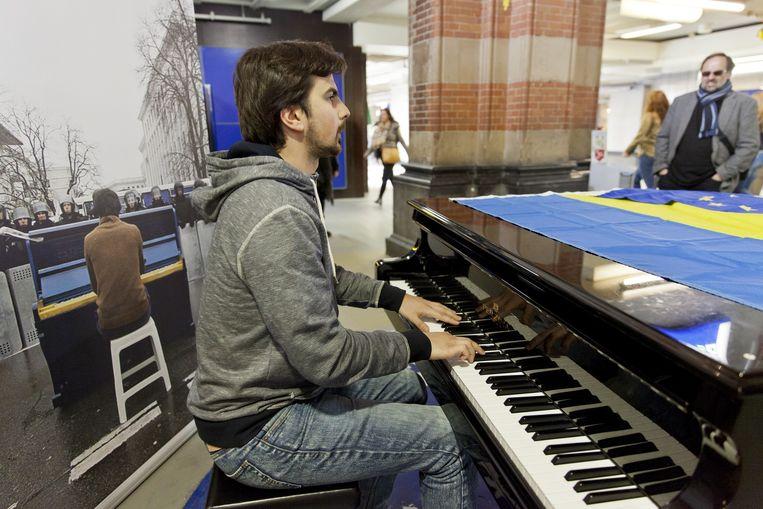 De Oekraïense pianist Markiyan Matsekh speelde op CS om mensen over te halen vóór het verdrag te stemmen. Beeld anp