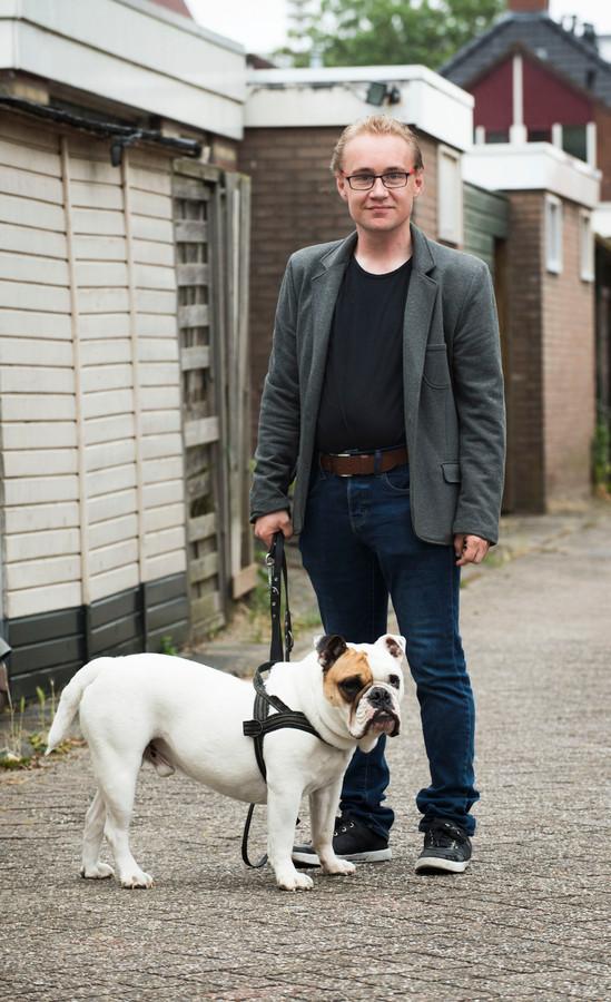 Caron Landzaat is licht verstandelijk gehandicapt. Op de foto staat hij met zijn hond Spike.