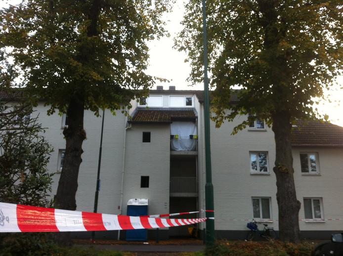 Het balkon van de woning is afgeschermd met een wit doek.