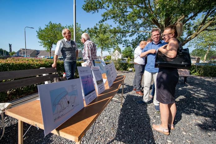 Inwoners van Swifterbant protesteerden vorige week nog tegen de Windplanblauw tijdens een informatiebijeenkomst in het dorpshuis.