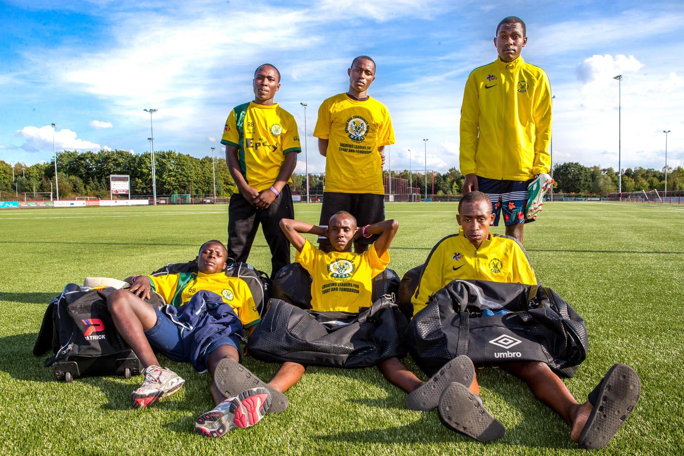 De Keniaanse voetballers met hun beschadigde tassen.