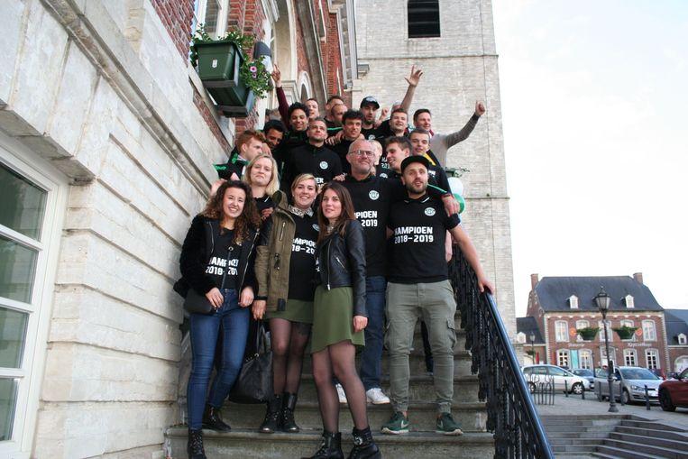 Op de trappen van het gemeentehuis