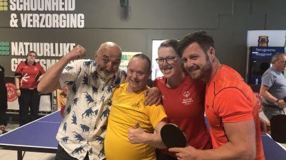 Atleten Special Olympics en acteurs De Buurtpolitie tafeltennissen in Carrefour