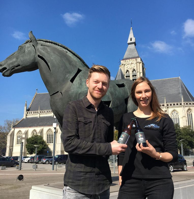 Jens Leen en Tine Paredis met hun nieuwe bier: 'Pjeirefretter'.
