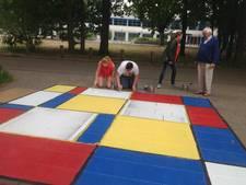 Herman Kruis en leerlingen maken De Stijl-monument in Wijchen