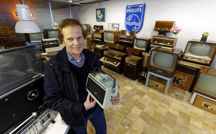 Leon van Roozendaal uit Schijndel tussen zijn verzameling oude Philips-apparaten.