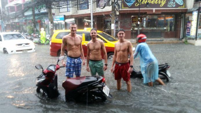 Na een tijdje besloten de jongens de scooterrijders en automobilisten te helpen.