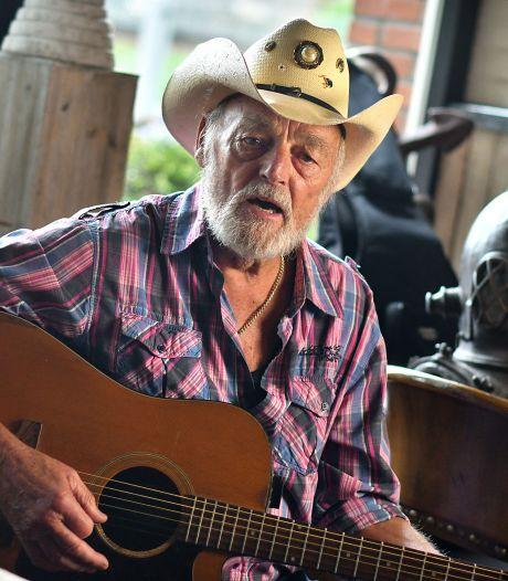 Troost in coronatijd: countrylegende Ben Steneker (85) zingt 'No One Stands Alone'