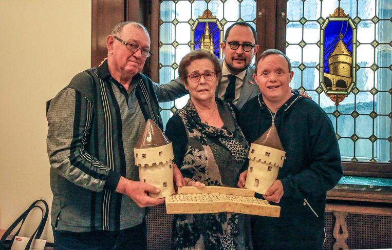 Christophe Swaenepoel (rechts) mocht samen met zijn ouders Johny en Christine het kunstwerk van de Broeltorens overhandigen aan burgemeester Vincent Van Quickenborne.