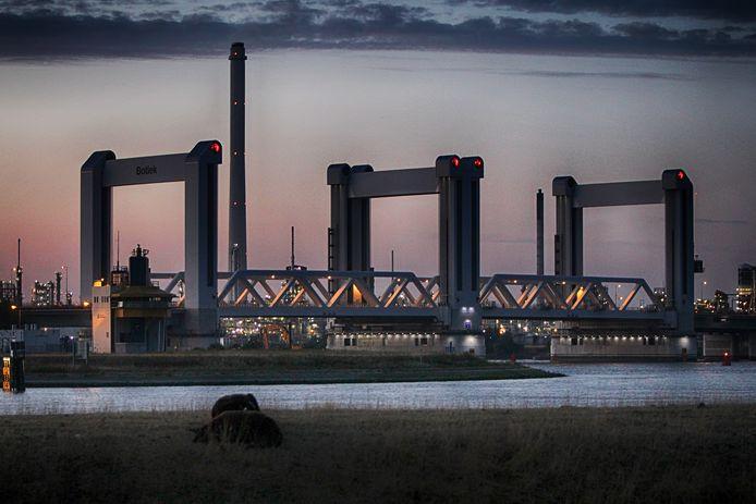 Donkere wolken boven de Botlekbrug. In drie jaar tijd heeft Rijkswaterstaat het monster gecreëerd waar imagodeskundige Rudy van Belkom zo voor waarschuwde.