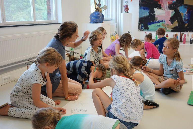 Lekker oude kleding aan en klieren tijdens Art Camp. Beeld Artzuid