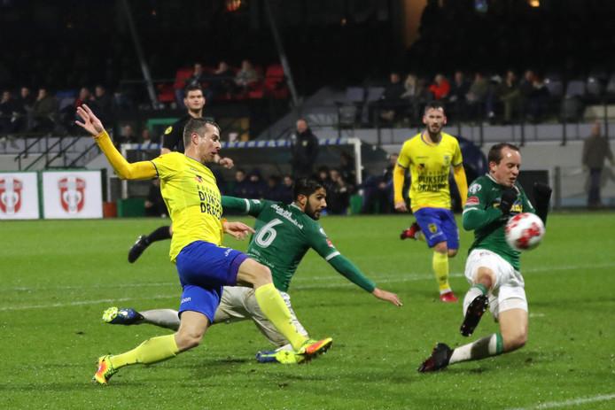 Robert Mühren van Cambuur schiet, Fabian de Abreu van FC Dordrecht kan de bal alleen maar nakijken.