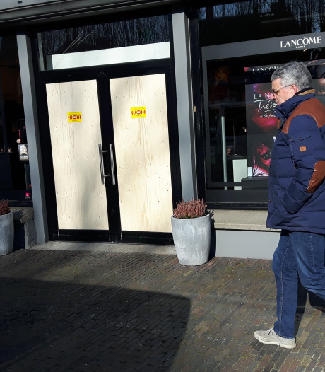 Puinruimen bij ICI Paris XL Oisterwijk na ramkraak, daders spoorloos