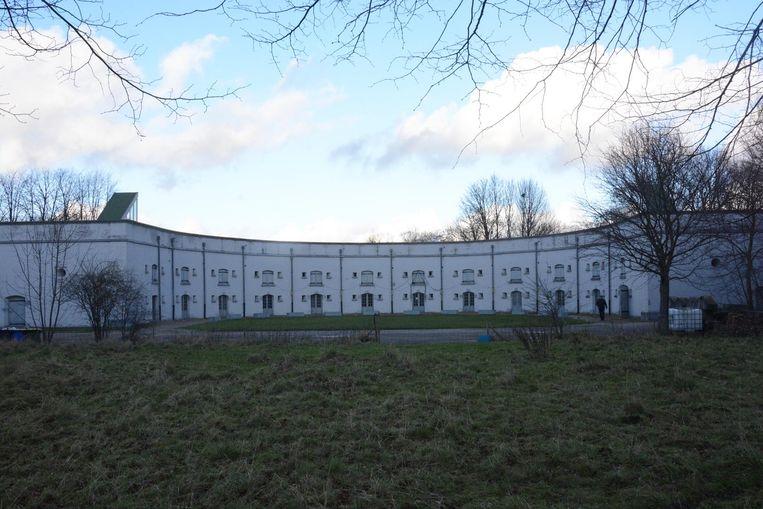 Het nieuwe horecagebouw komt op dit grasveld en zal uitkijken op de kazematten van het fort.