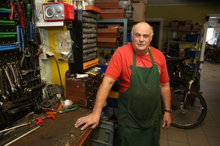 Flup Vandenbrande in zijn atelier, waar hij jarenlang fietsen herstelde.