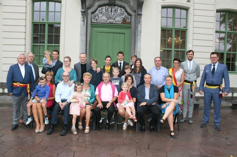 Godelieve en Etienne en hun grote kroost vieren hun 50ste huwelijksverjaardag
