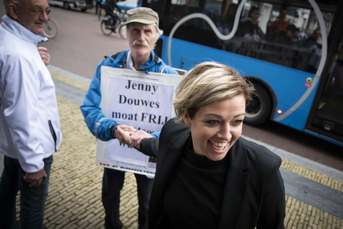 Jenny Douwes, boegbeeld van de blokkeerfriezen, komt aan bij het gerechtshof voor het begin van het hoger beroep tegen de straffen die de rechtbank in Leeuwarden hen vorig jaar oplegde. De groep hield op 18 november 2017 op de A7 drie bussen met anti-Zwarte Piet-demonstranten tegen die onderweg waren naar de naar de landelijke sinterklaasintocht in Dokkum.