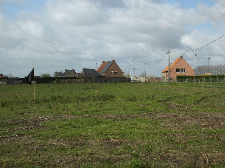 De zwarte vlaggen staan op het terrein aan de Kouterweg.