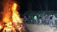 Scouts verbranden kerstbomen ten voordele van buitenlands kamp
