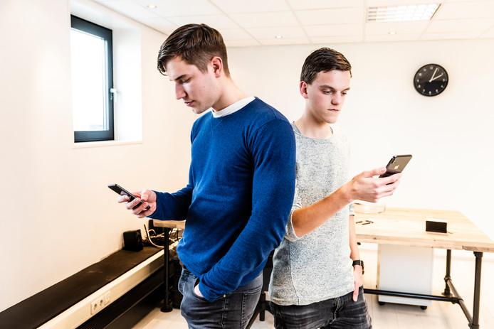 Tim van Leeuwen (l) en Tom Roeloffs (r) in hun nieuwe pand.