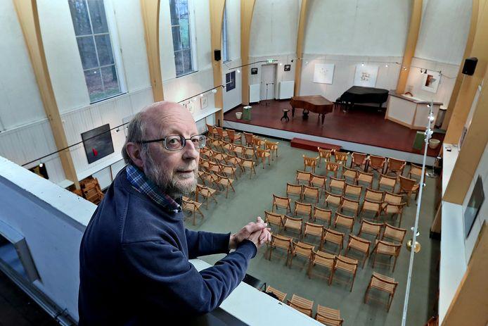 Voorzitter Peter Buikstra van stichting Kapel op 't Rijselt is in zijn nopjes met de tijdelijke verhuizing naar de Buitensociëteit. ,,Dit levert ons veel voordelen op. We kunnen meer publiek kwijt. En we kunnen de vanwege corona geannuleerde concerten in het nieuwe seizoen inhalen.''