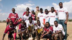 Prins William doorbreekt het strenge Britse protocol wanneer hij een naamgenoot ontmoet in Kenia