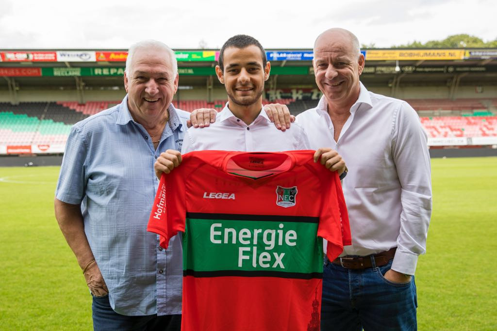 Zija Azizov met het shirt van zijn nieuwe club NEC. Links naast hem zijn zaakwaarnemer Theo van Veghel, rechts Fred van der Hoorn die bij de overgang bemiddelde.