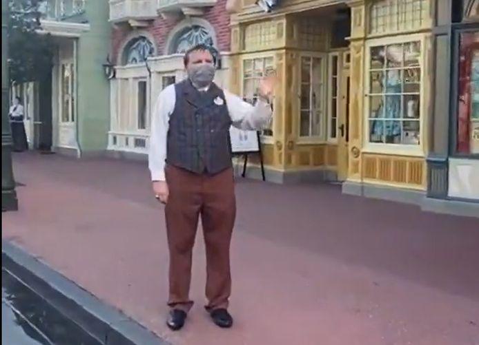 Le personnel masqué accueille les visiteurs lors de la réouverture de Disneyland.