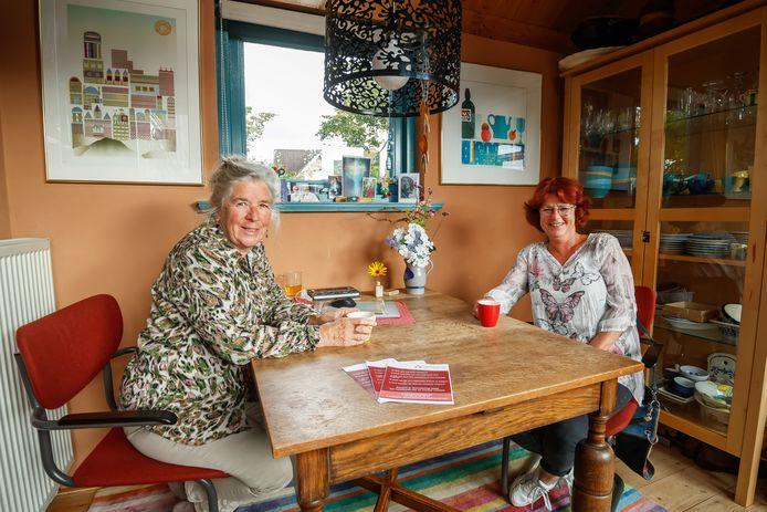 Vrijwilligers Betsie Netten (l) en Karien van Hoeckel vertellen over de stichting Present in Vriendschap, die nu vijf jaar bestaat.