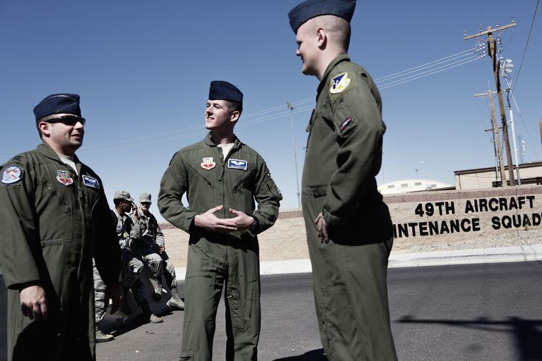 Persvoorlichters op de Amerikaanse luchtmachtbasis Holloman. Beeld Daniel Rosenthal / de Volkskrant