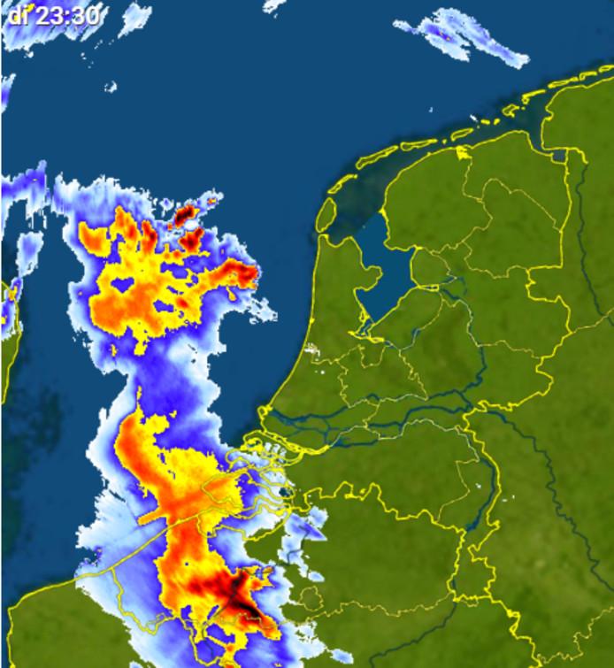 De buien boven Nederland om 23.30 uur.