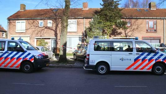 De politie doet onderzoek in de Christiaan Huygensstraat in Breda waar het babymeisje gevonden werd.
