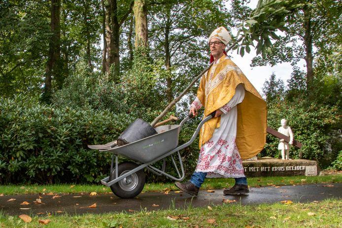 Dag van de schone lucht: Boom planten bij Peerke Donders door Zeus Hoenderop, verkleed als heilige Dionisius.
