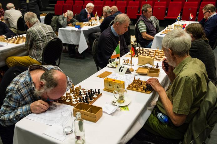 De meeste blinde en slechtziende schakers maken gebruik van een tweede, aangepast schaakbord.