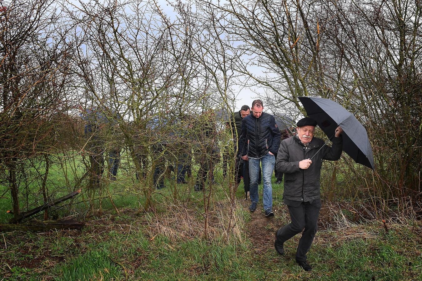 Middels een wandeling werden genodigden meegenomen in het Maasheggen-landschap.