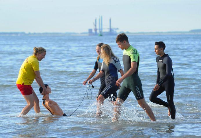 Gerdien Robbertsen oefent het redden van een drenkeling met lifeguards in Zoutelande