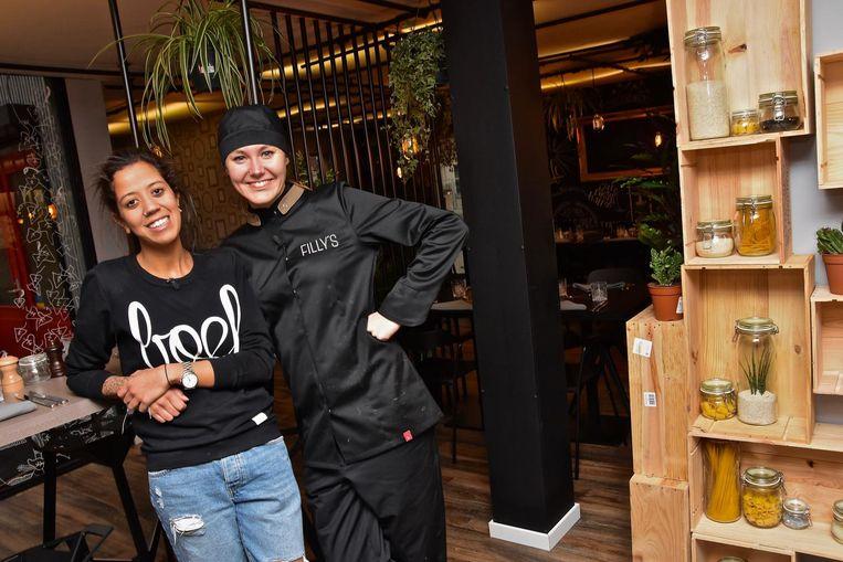 Fanny en Veronique in hun restaurant.
