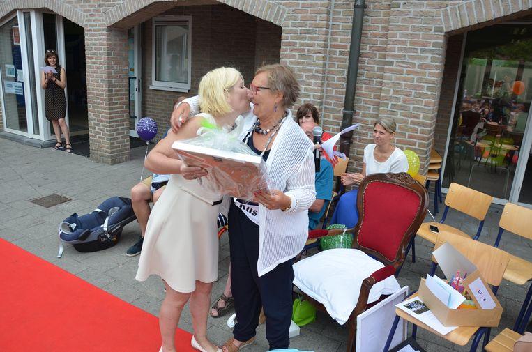 Directrice Els Van Aerde geeft een afscheidscadeau aan de zorgjuf die 20 jaar voor de school werkte.