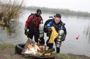 Serge Pellikaan (r) brengt  met een duikmaatje afval uit de Oostplas aan de kant.