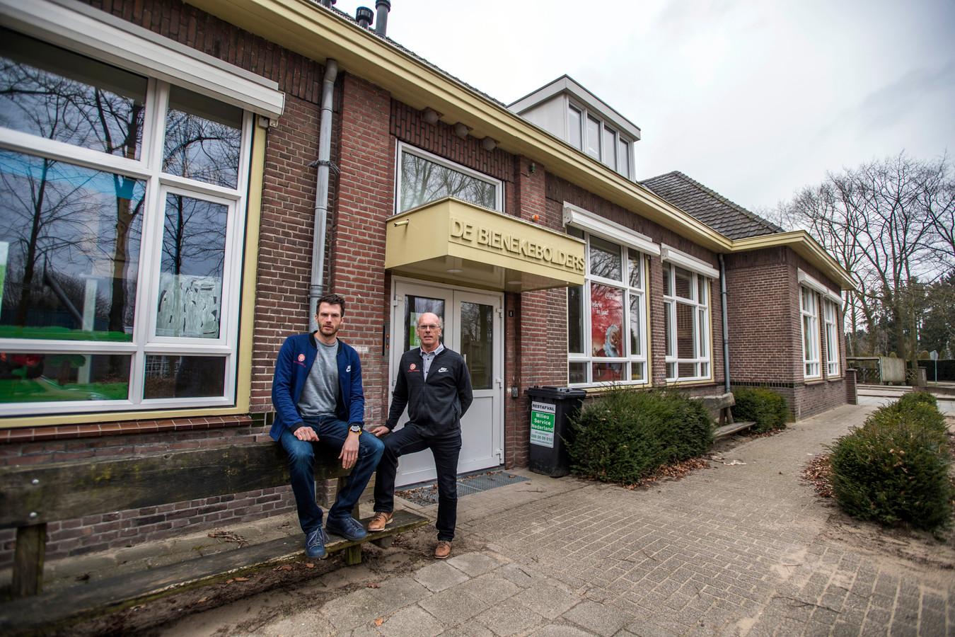 Sjef van den Meijdenberg en zijn zoon Luuk voor het verlaten schoolgebouw waar zij met hun fysiotherapiepraktijk in willen trekken.