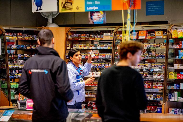 Een supermarktmedewerker bij het verkooppunt voor sigaretten. Beeld Hollandse Hoogte / Robin Utrecht