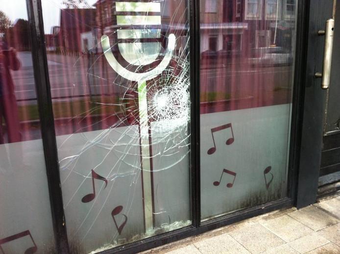 Een raam in de gevel is ook beschadigd. Foto Matthijs Oppenhuizen