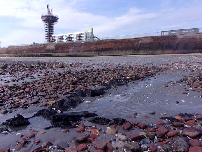 Slechts af en toe bij laag water komen delen van het scheepswrak bij de Oranjemolen bloot te liggen.