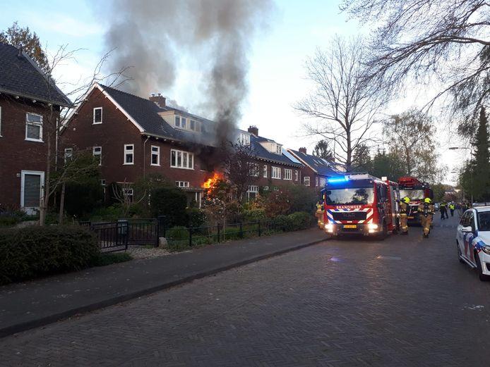 De brandweer is aangekomen bij de woningbrand in Arnhem.