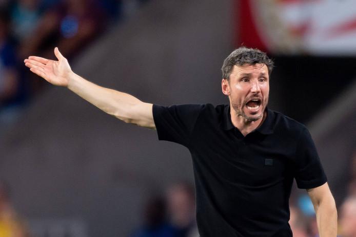Mark van Bommel fanatiek coachend tijdens het duel met FC Basel.