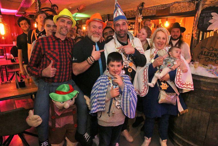 Het nieuwe prinsenpaar van Carnaval Halle bezocht woensdagavond de Alzenbar in cultureel centrum de Meent in Alsemberg.